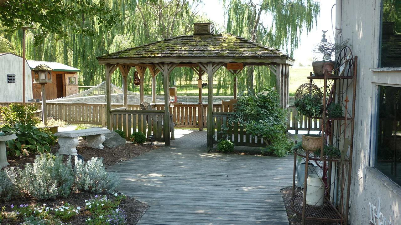 Mejora tu patio trasero con un cenador o una pérgola